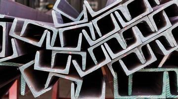 närbild hög av u-form balk stål
