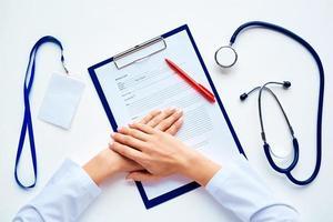 händerna på läkaren