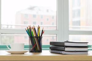 kontorsmaterial på träskrivbordet