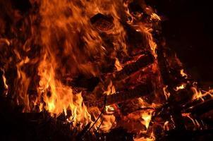 brinnande trä och glöd. foto