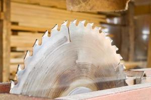 närbild av ett stort sågverk med kopp på sidan foto