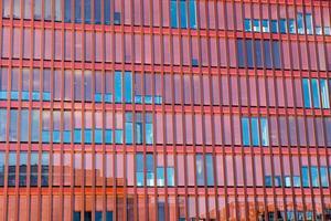 röd fasad på en kontorsbyggnad foto