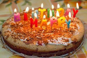 hemlagad födelsedagstårta foto