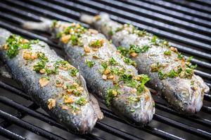 grillad fisk med citron och kryddor foto