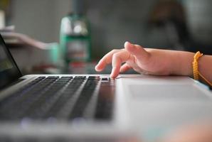 liten hand och tangentbord anteckningsbok foto