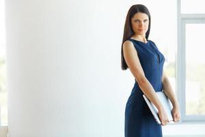 affärskvinna med bärbar dator stående på kontoret. foto