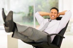 affärsman som kopplar av på kontoret foto