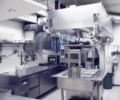 typiskt kök på en restaurang, tonad bild foto