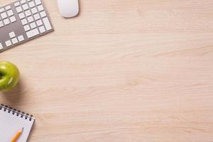 överst på skrivbordet med tomt utrymme och kontorsutrustning. foto