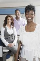 multietniska affärsmän på kontoret foto