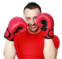 glad idrottsman i boxningshandskar foto