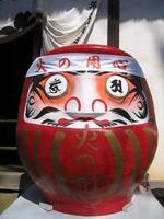 stor röd japansk daruma docka foto