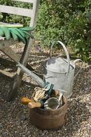 vattenkanna och trädgårdsredskap foto