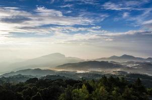 morgon med dimma ljus berg natur foto