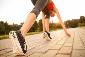 söt ung sport tjej förbereder sig för jogging foto