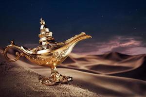 magisk aladdins genielampa på en öken foto