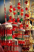 indiska asiatiska brudkalire klirrande klockor på kulturfestivalmarknaden foto