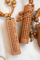 kinesiska tecken i träsnideri foto
