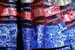 indisk färgglad klänning med pärlkristaller på kulturfestivalmarknaden