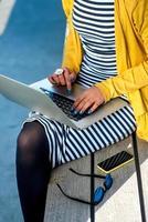 kvinna författare med laptop foto