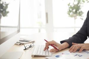 närbild av kvinnahänder på datortangentbordet foto