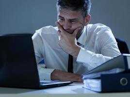 affärsman som arbetar på kontoret foto