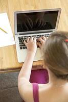 ung flicka som använder bärbar dator foto