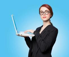 förvånade affärskvinnor med laptop foto