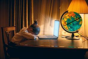 flickan sov med laptop foto