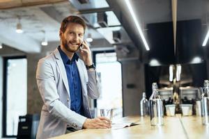 upptagen affärsman som pratar i telefon