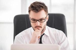 full koncentration på jobbet. foto