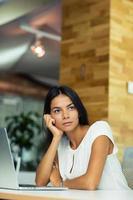 porträtt av en fundersam affärskvinna i office foto