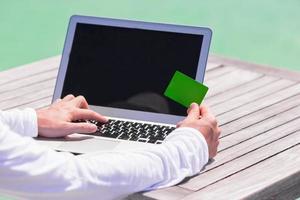närbild av dator och kreditkort på bordet foto