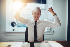 affärsman som håller armarna över huvudet foto