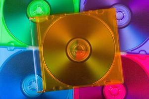 datordiskar i flerfärgade lådor foto