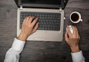 datorer och kaffe och telefon foto
