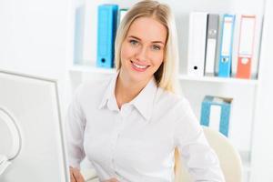 affärskvinna som använder datorn på kontoret foto