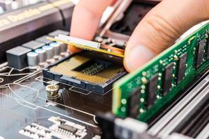 installation av datorminne och processor foto