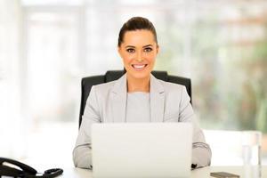 affärskvinna som använder datorn i office foto