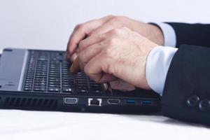 affärsman som arbetar på kontoret med datorn foto