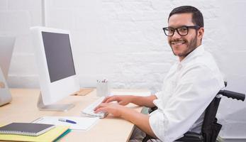 affärsman som använder datorn på kontorsskrivbordet foto
