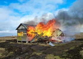 brinnande hus foto