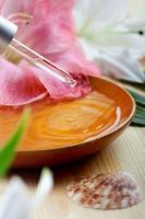 eterisk olja för spa-behandling i en dropp, spa-miljö foto