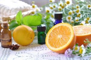 aromaterapibehandling med frukt och örter foto