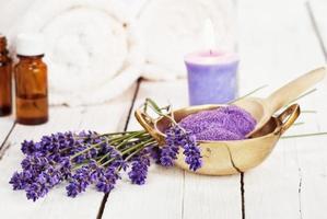 lavendelbadsalt och massageolja - skönhetsbehandling foto