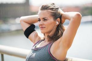 porträtt av avslappnad fitness ung kvinna i staden foto