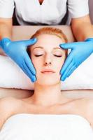 avkopplande massage på ett skönhetsspa foto