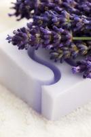 bar med naturlig tvål och lavendelblommor foto