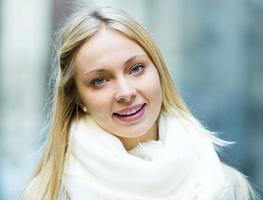 porträtt av ung vacker kvinna foto