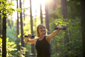 ung kvinna som tränar med vikter foto